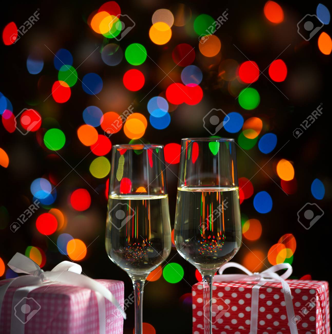 Gläser Wein Und Weihnachtsgeschenke Auf Dem Hellen Hintergrund ...