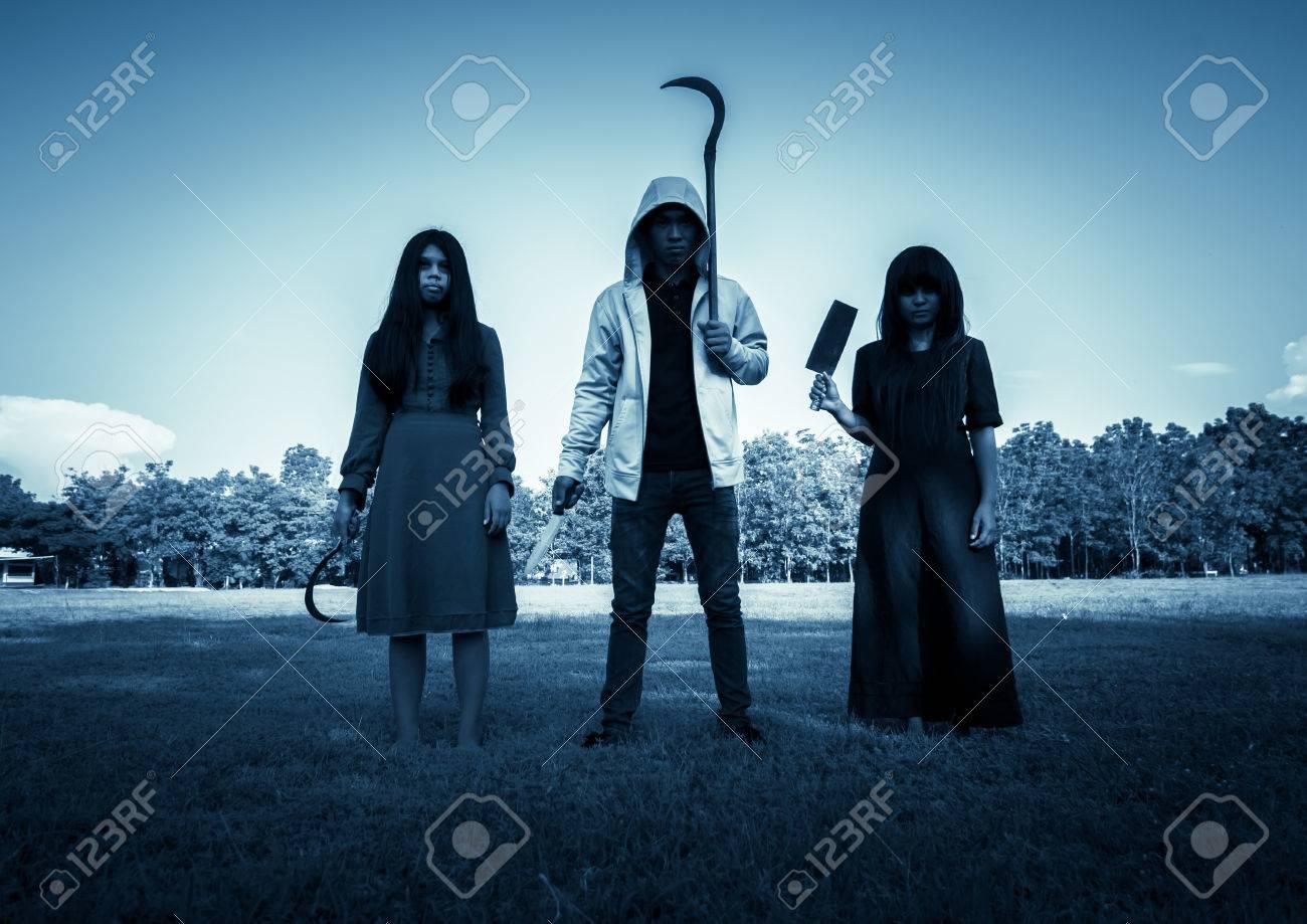 Un Groupe De Gens Etranges Avec Arme Pour Prank Halloween Fond Effrayant Pour La Couverture Du Livre