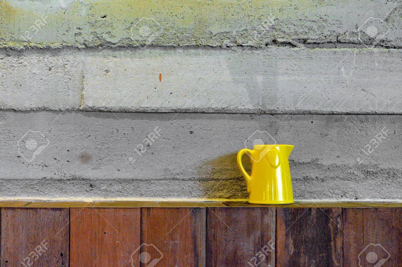 Legno Grezzo Per Mensole : Immagini stock tazza di caffè giallo sulla mensola di legno