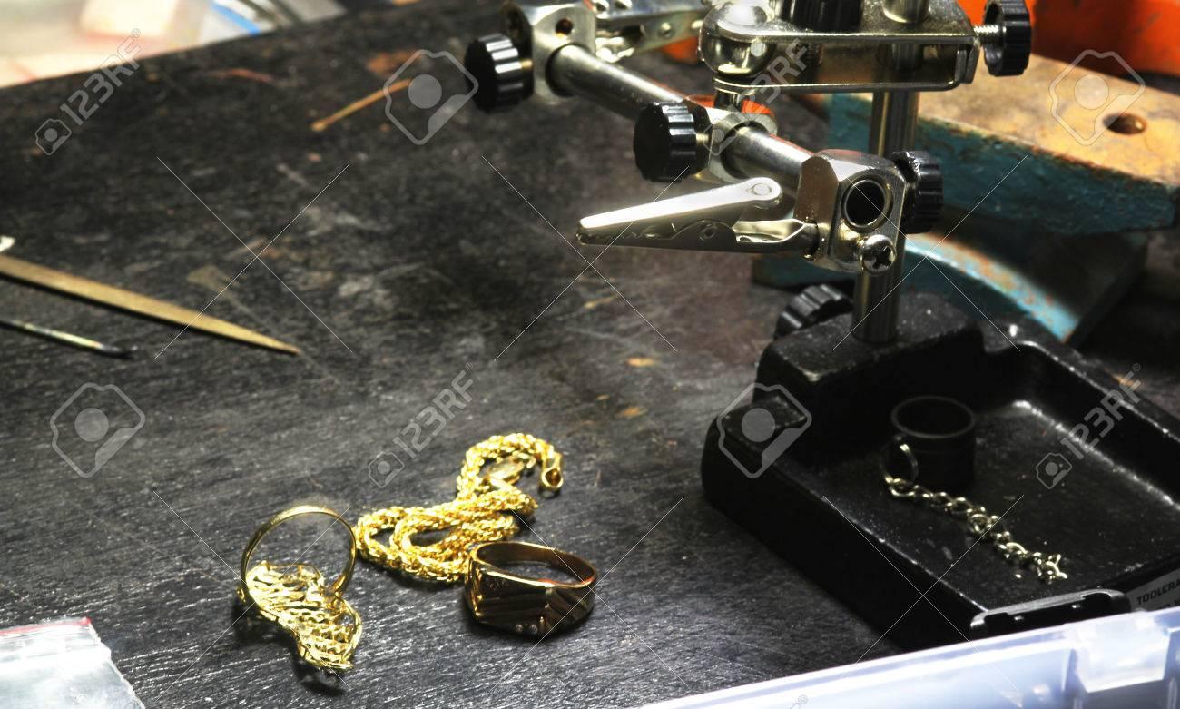 金細工職人のワーク ショップでジュエリー作り の写真素材・画像素材 ...