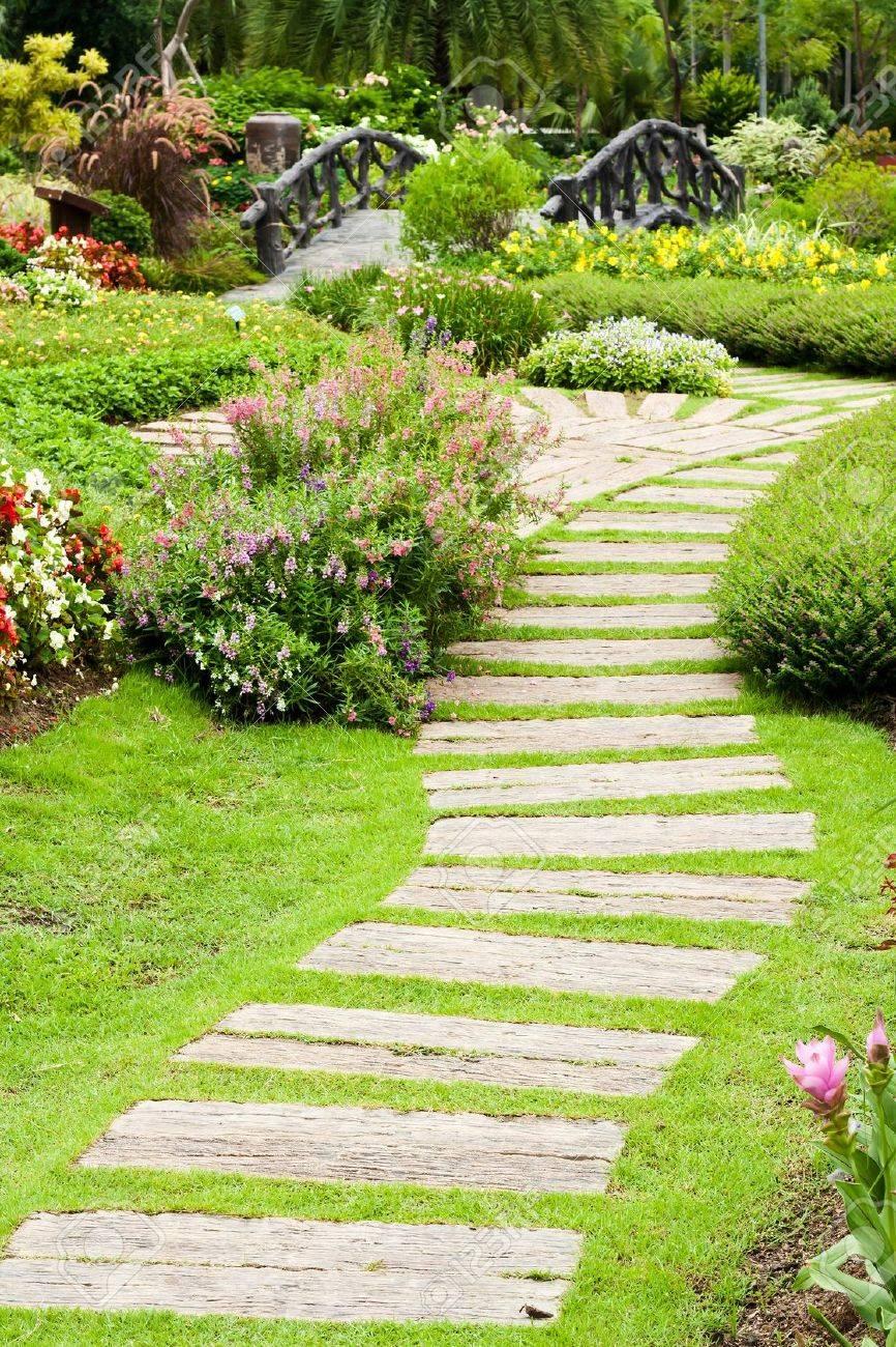 Amenagement Paysager Dans Le Jardin Le Chemin Dans Le Jardin