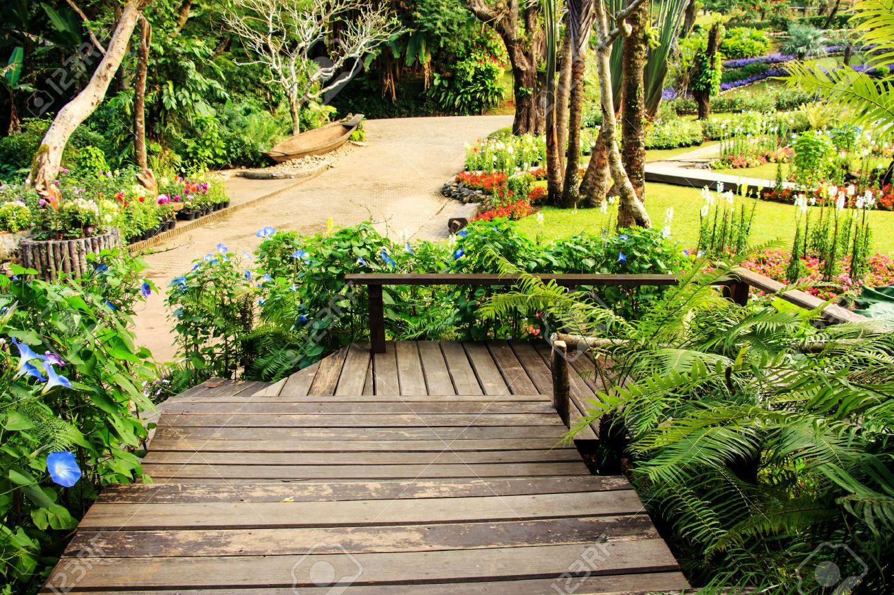 Diseño De Paisaje Del Jardín. El Camino En El Jardín Con Un Estanque En El