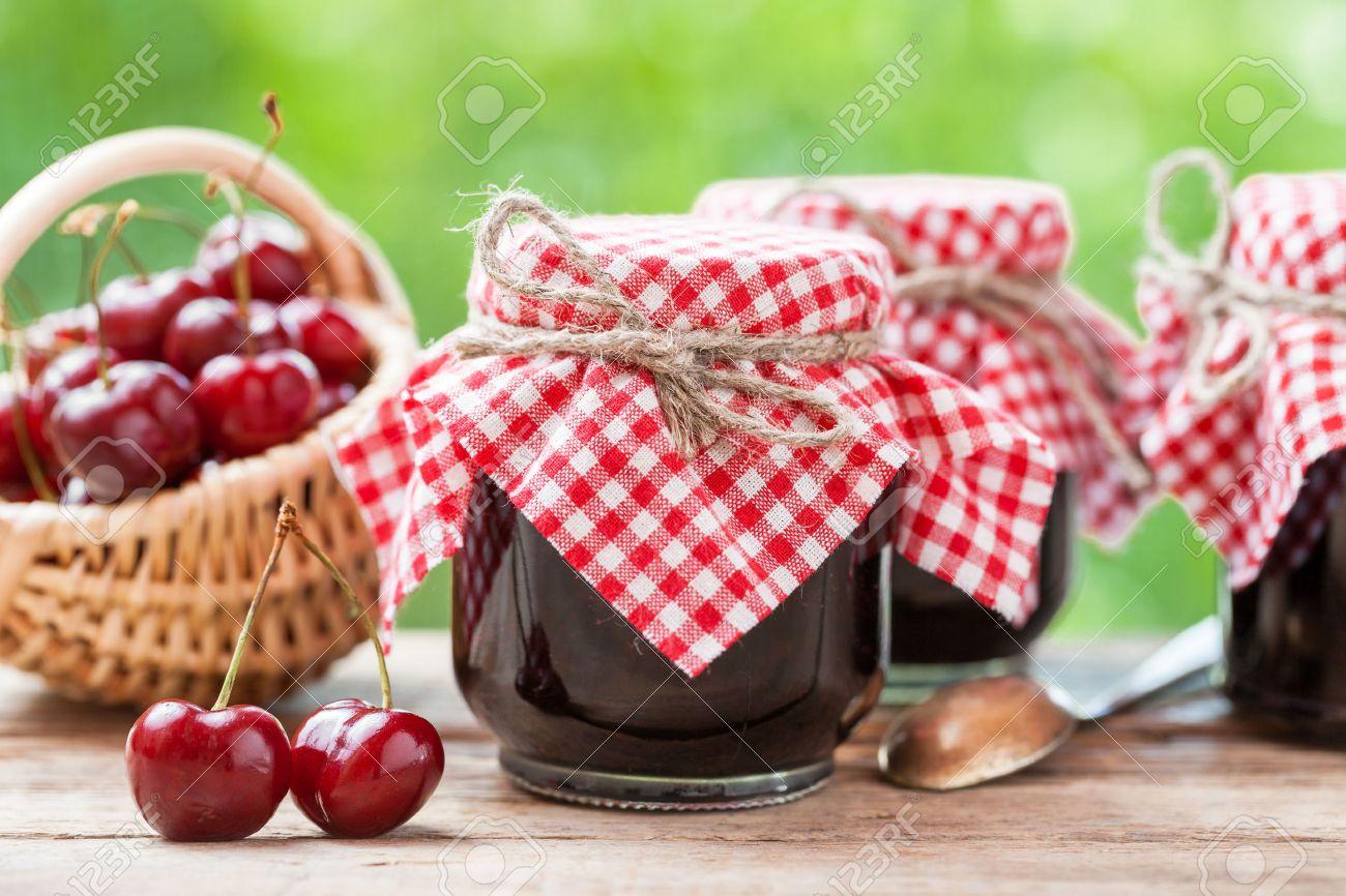 Marmeladenglaser Und Korb Mit Kirschen Lizenzfreie Fotos Bilder