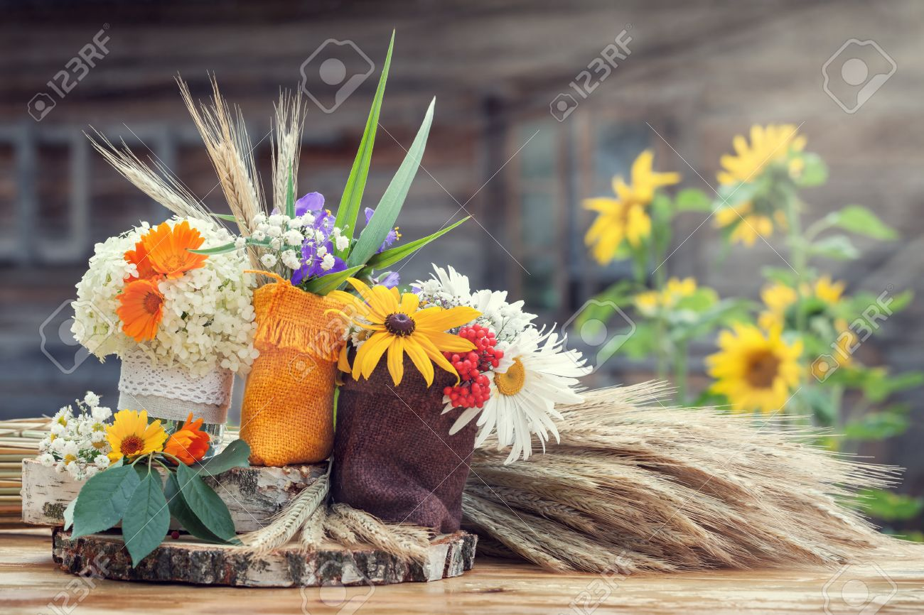 Wedding decoration in rustic style still life with summer flowers banco de imagens wedding decoration in rustic style still life with summer flowers in a bags and ears of wheat junglespirit Images