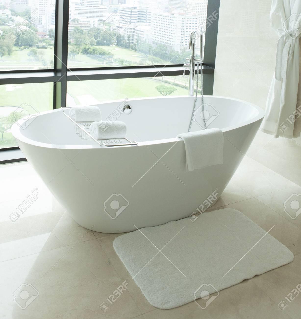 Bain de pieds griffe dans une salle de bain en carrelage blanc ...