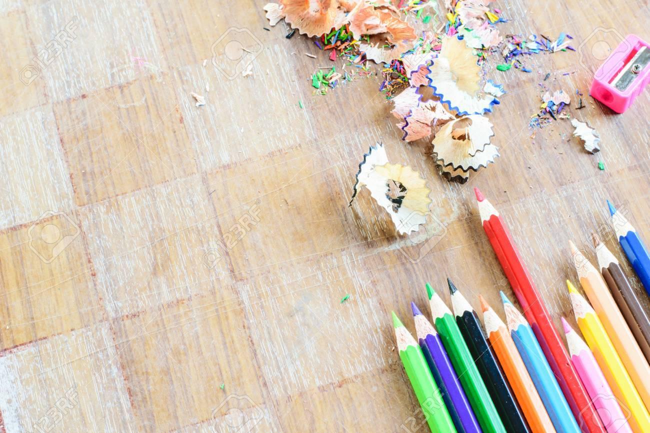 banque dimages crayons colors avec des copeaux de bois aiguiser sur table en bois - Copeaux De Bois Colors
