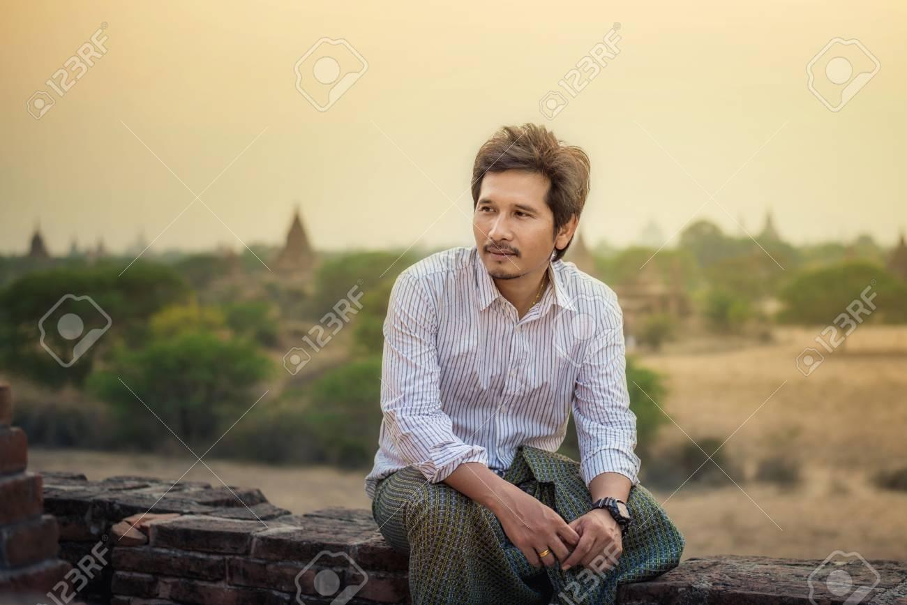 Retrato De Hombres Guapos Tradicionales Asiaticos Bagan Myanmar