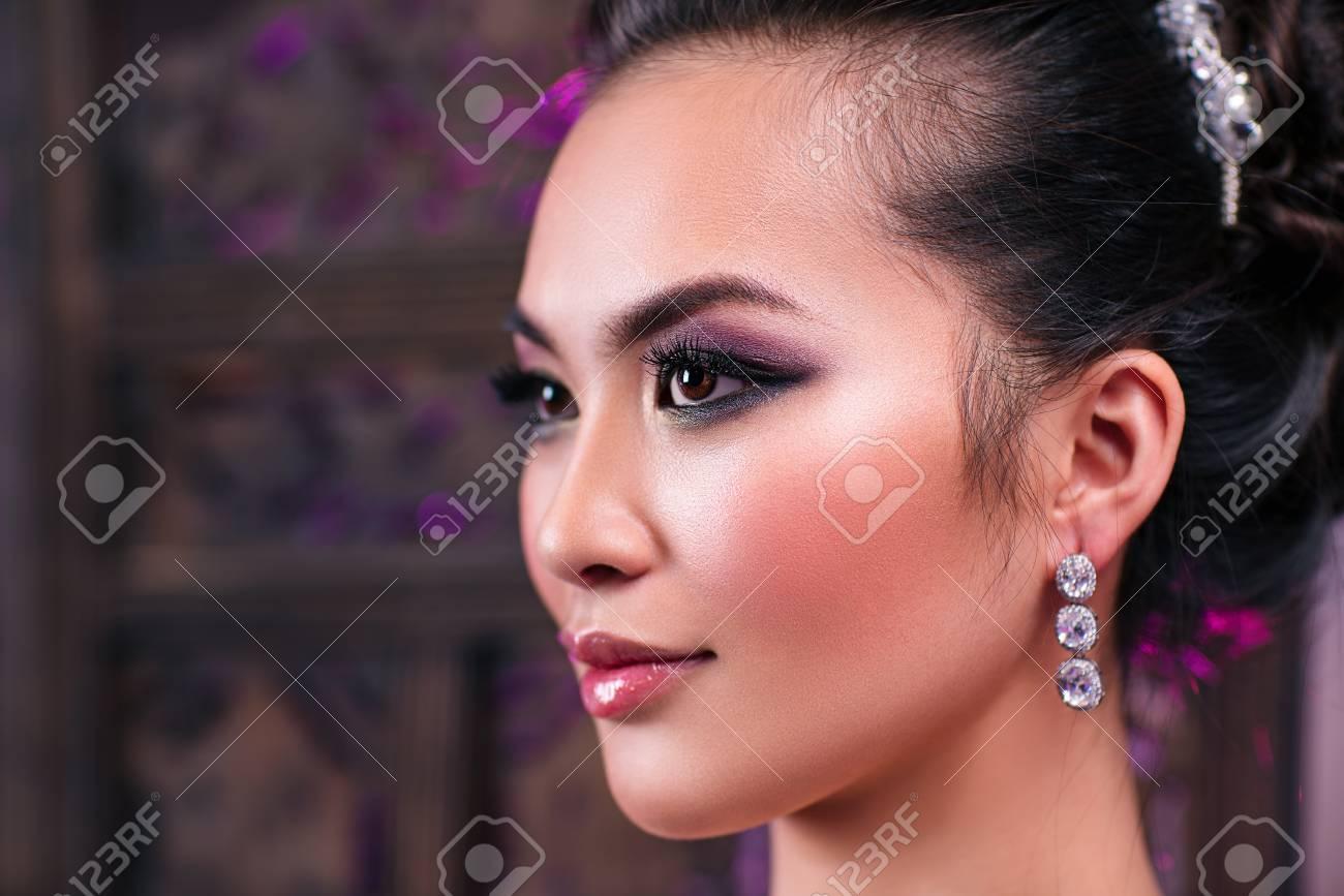 Retrato De Primer Plano De Mujer Asiática Joven Con Luz Rosa Suave ...