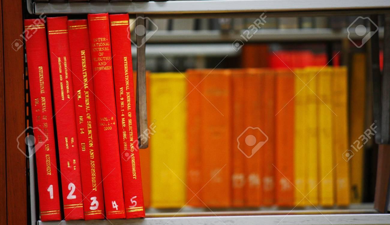 ecke bücherregal in der bibliothek lizenzfreie fotos, bilder und