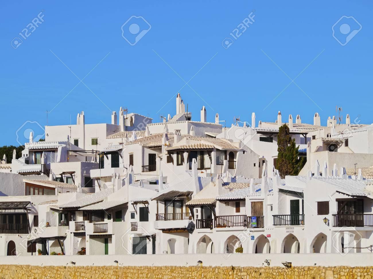 Ansicht Von Weiß Getünchten Häusern In Binibeca Vell Auf Menorca ...