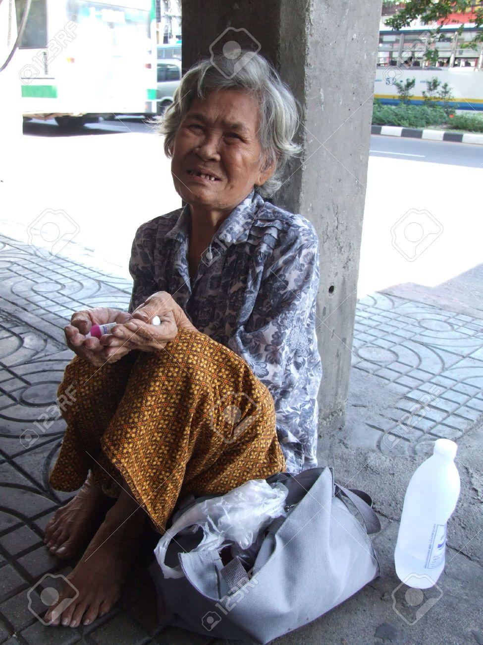 BANGKOK, THAILAND - SEPTEMBER 23 : Old lady begs for money on the side of the road in central Bangkok September 23, 2007 in Bangkok.  Stock Photo - 7492387