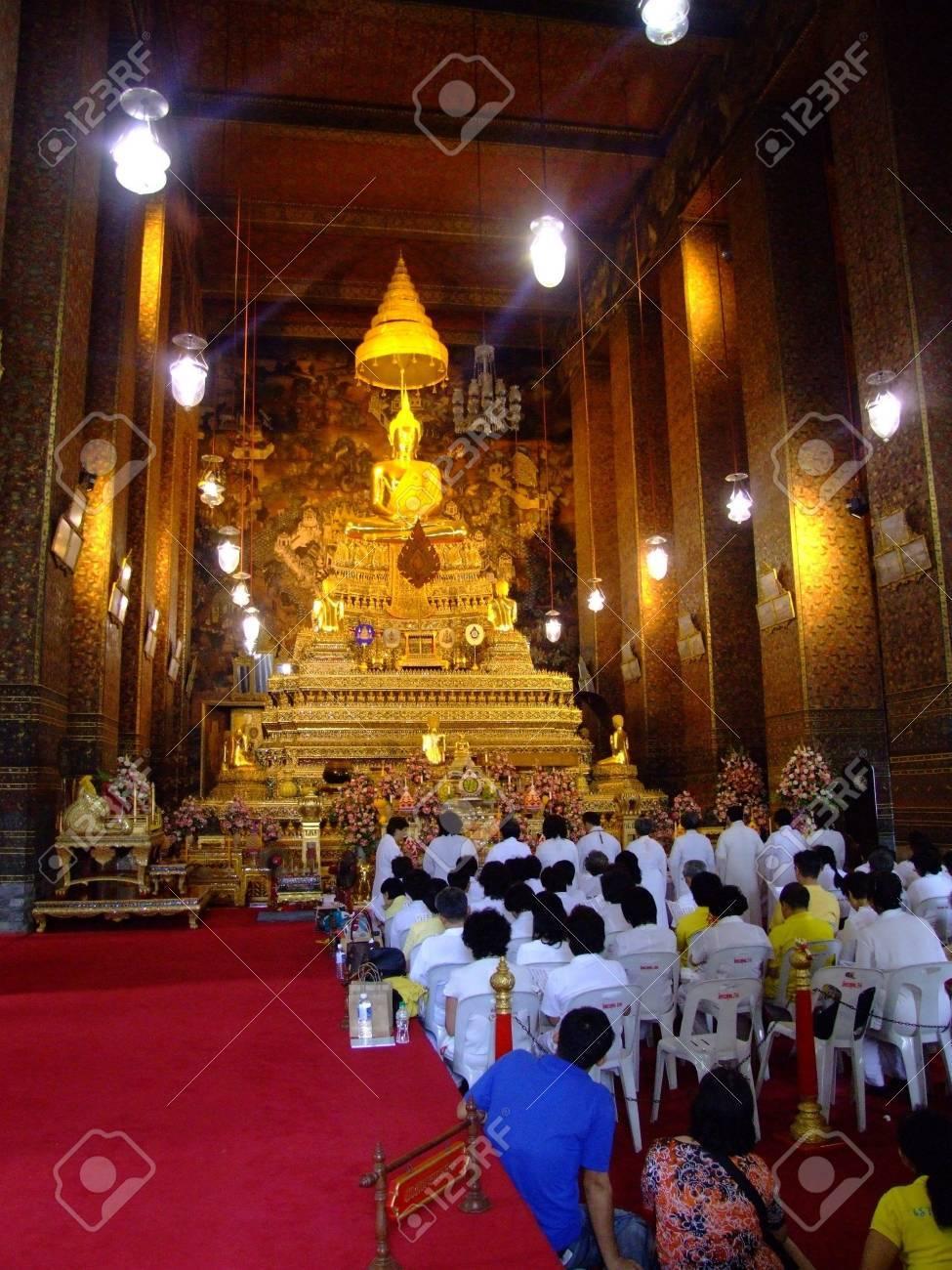 BANGKOK, THAILAND - JANUARY 7: Thai people in Wat Arun worshiping Buddha on January 7, 2007 in Bangkok.  Stock Photo - 7492571