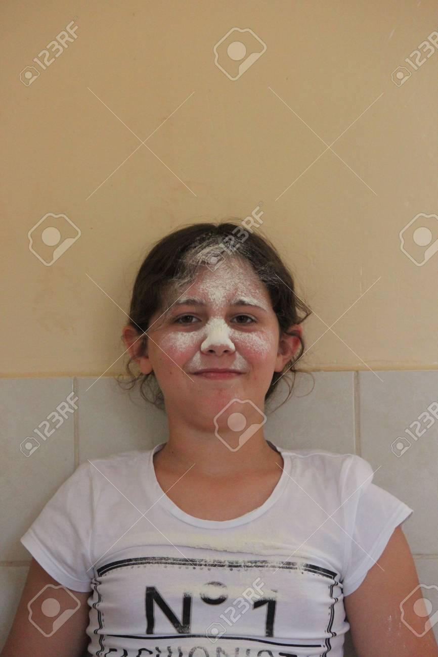 Junge Mädchen Spielen Mit Mehl Und Sieb In Der Küche. Lizenzfreie ...