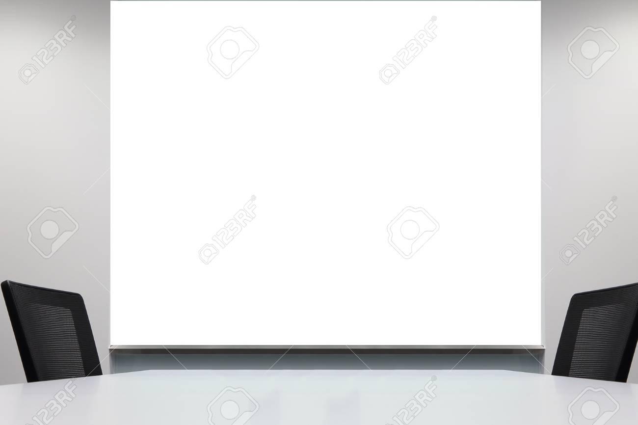 Fond de tableau blanc vierge dans la salle de réunion de bureau