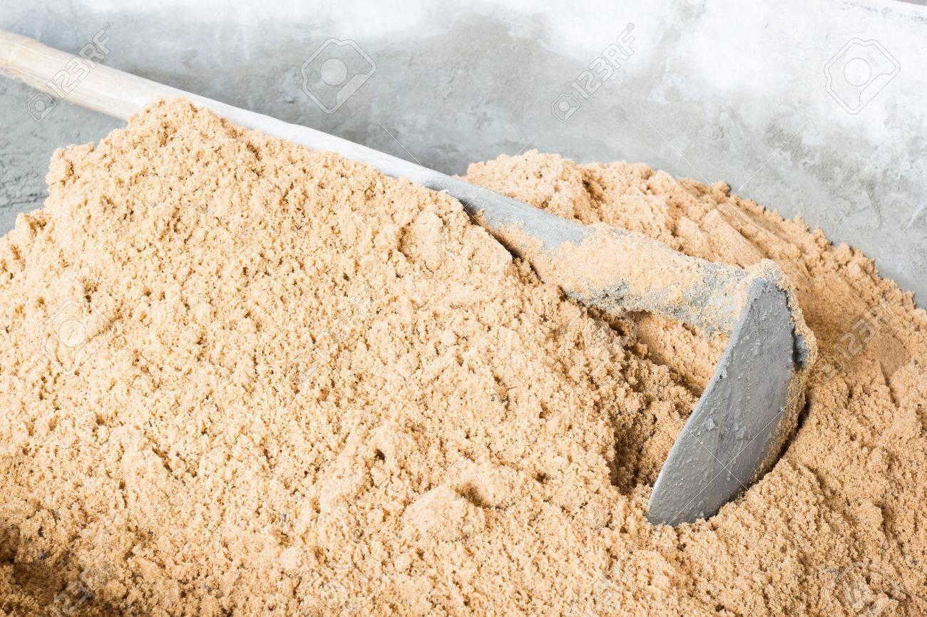 procurez-vous un ciment de pelle mélange de béton est compacté sable