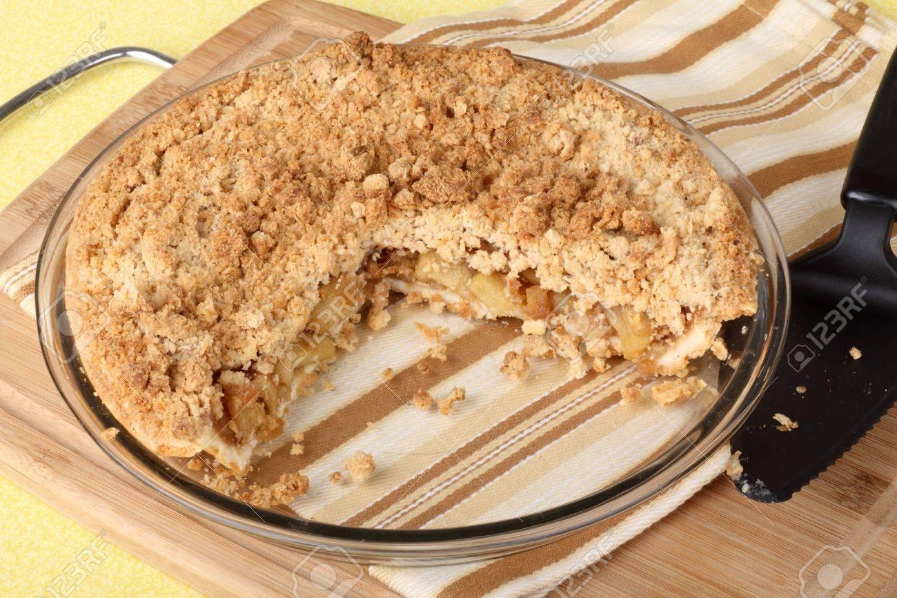 Apple Krumel Kuchen In Einer Pfanne Mit Scheibe Herausgeschnitten