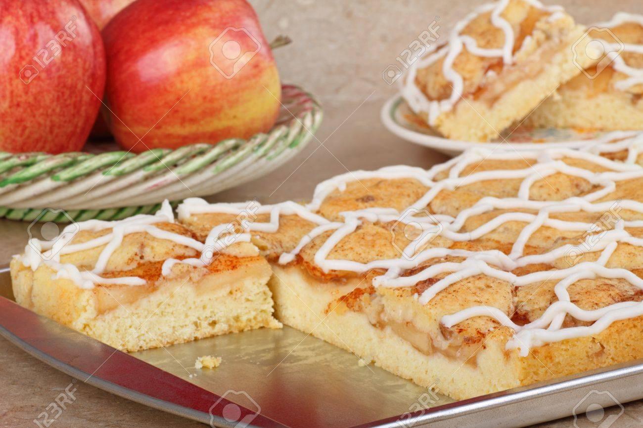 Backblech Mit Apfel Kuchen Auf Einem Kuchentisch Lizenzfreie Fotos