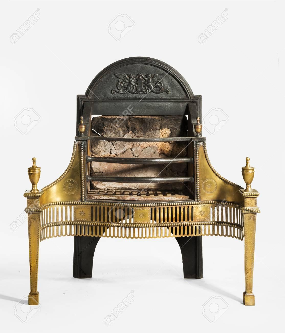 antike kamin rost mit großen rückenplatte und messing dekoration