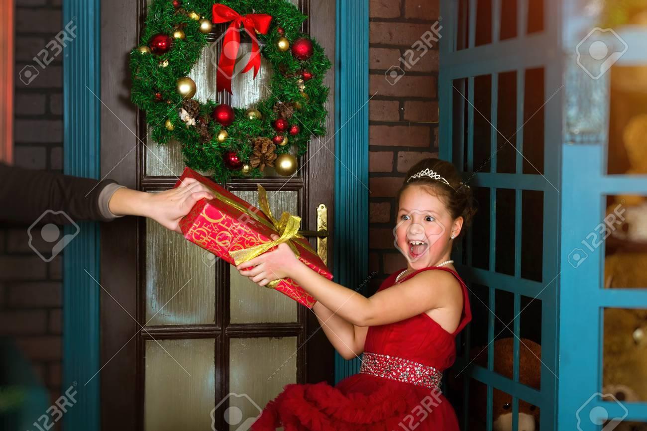 Wenig Winter-Prinzessin Im Roten Kleid Nimmt Ein Weihnachtsgeschenk ...