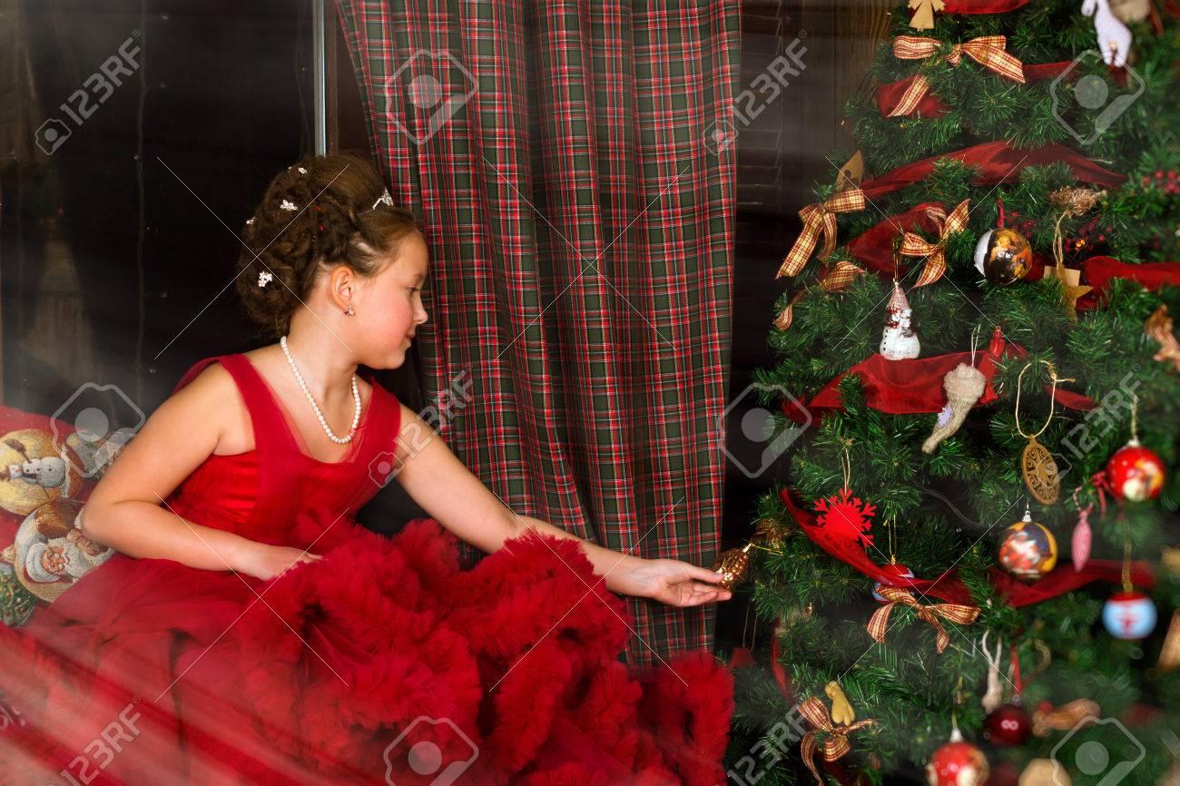 83c9e7e4c0 La Pequeña Princesa De Invierno - Chica En Vestido Rojo