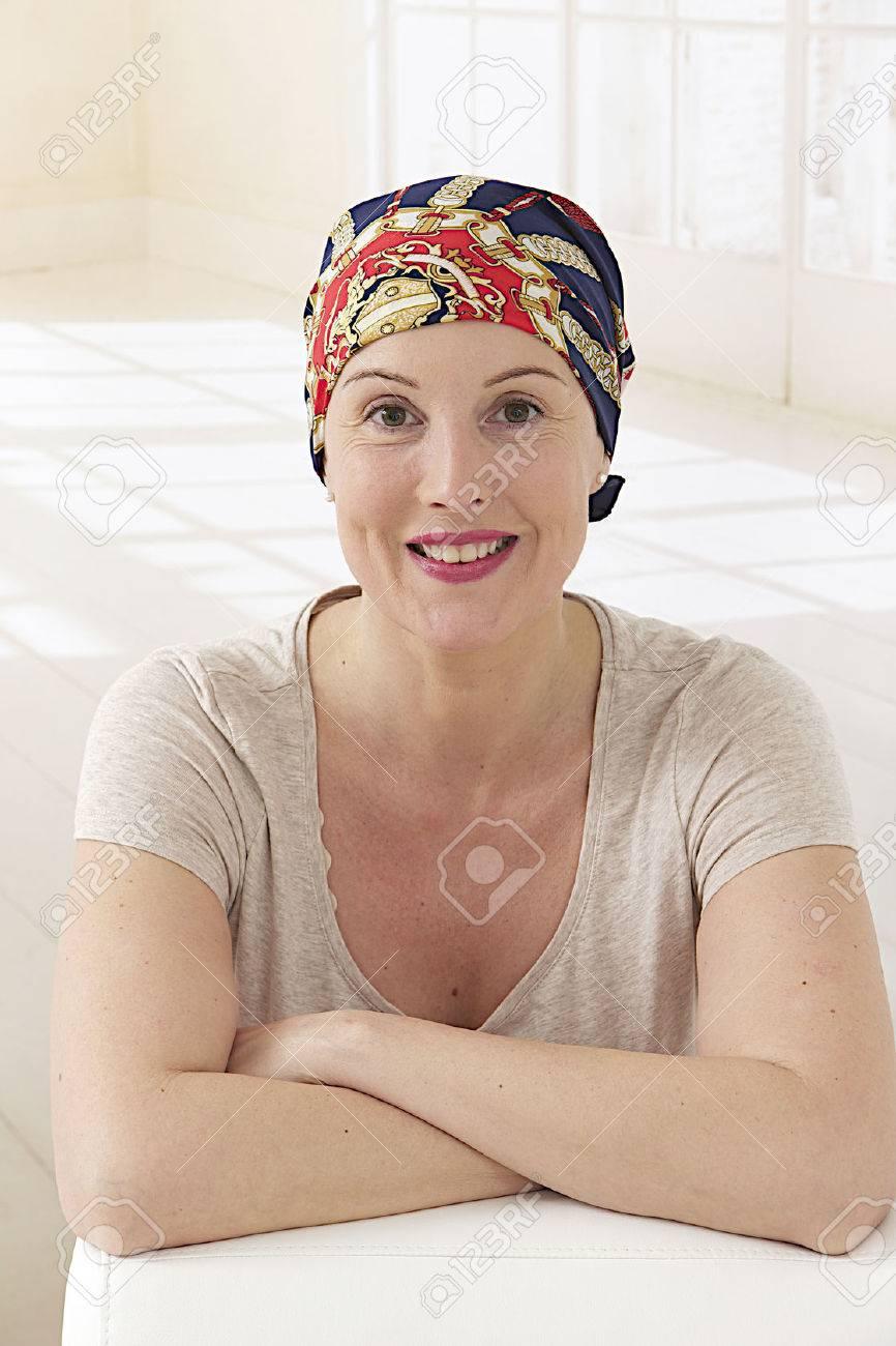 Mujer Con Panuelo En La Cabeza Despues Del Tratamiento Del Cancer