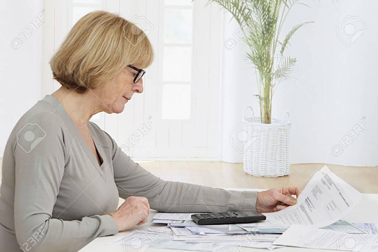 pas cher pour réduction d1e31 2fe6a Femme âgée souligné le fait la banque et le travail administratif à la  maison