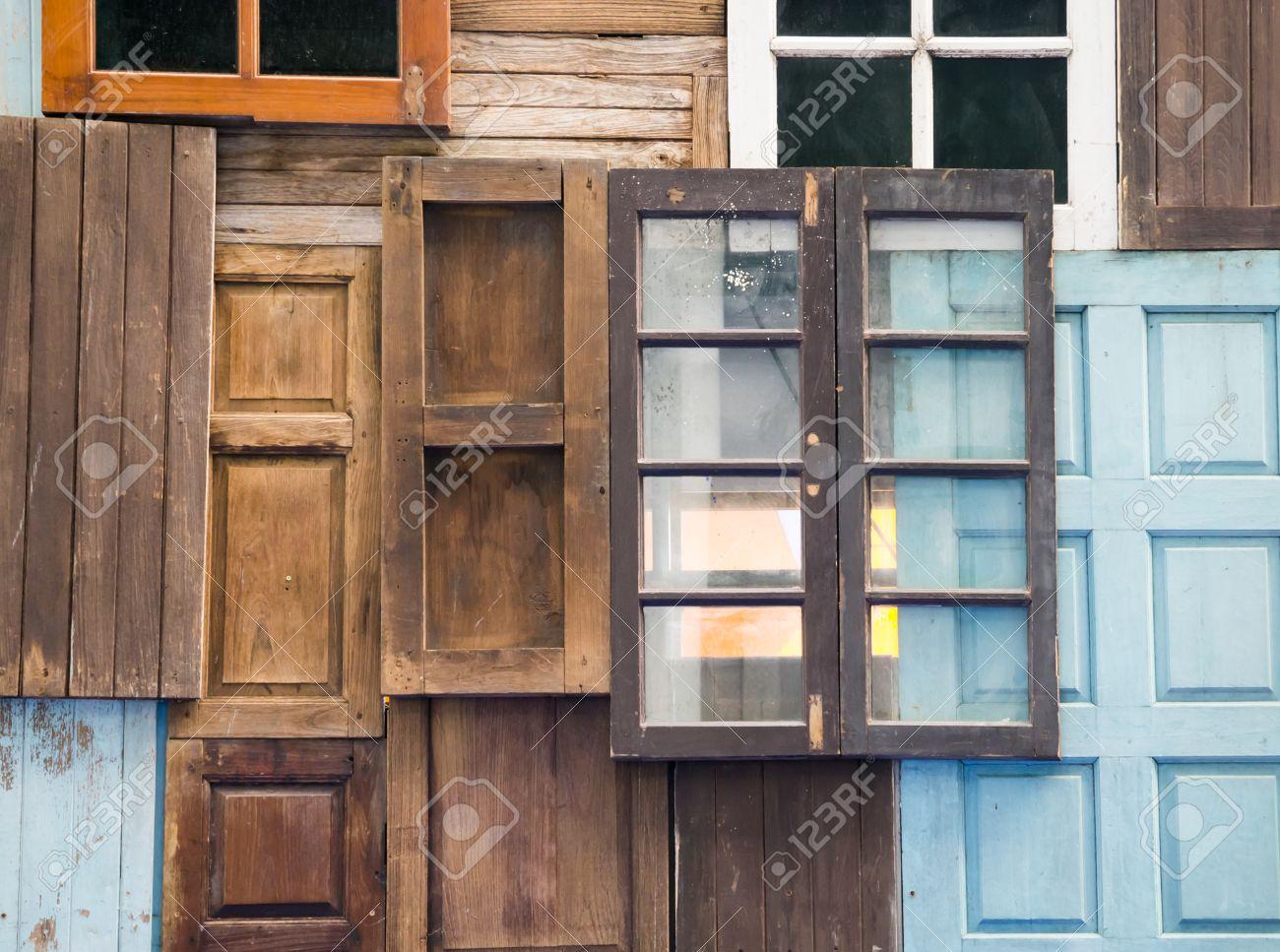 Vecchie Porte In Legno E Finestre Disposte Per La Decorazione ...