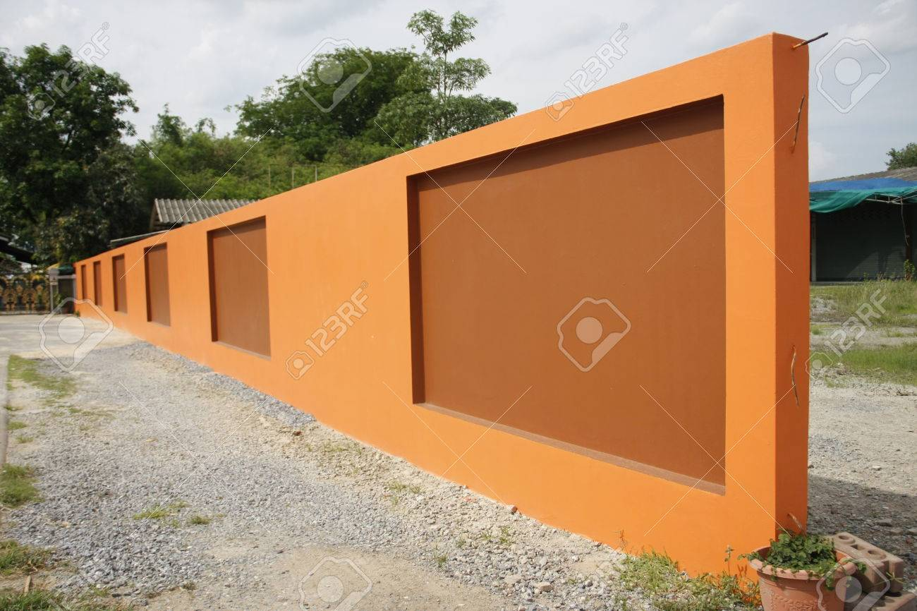 Beau Mur D Orange D Une Cloture De Ciment Moderne Sur Fond Blanc