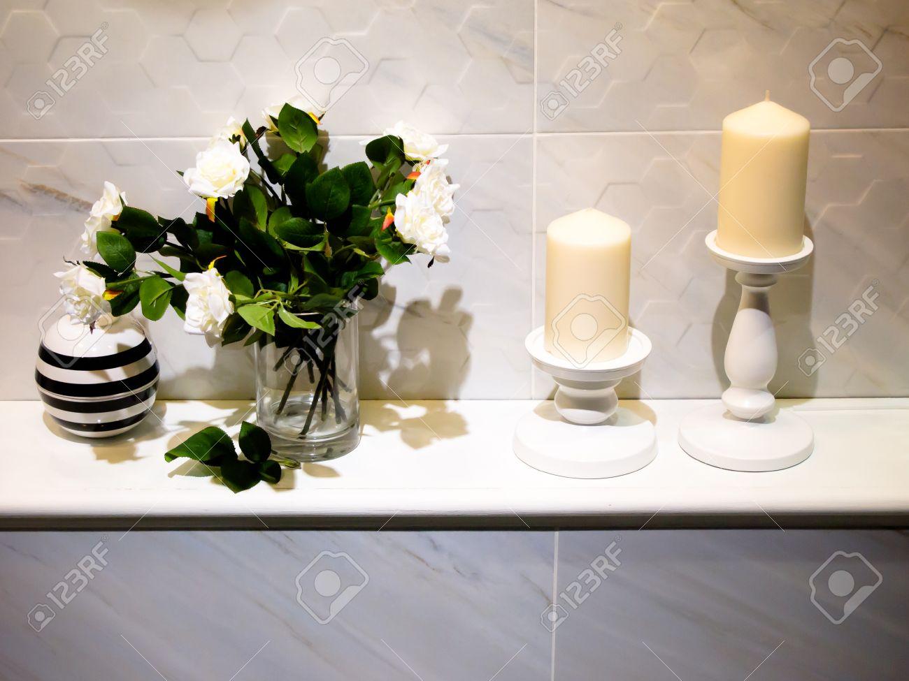 Modernes bad dekoration mit kerzen und rosenblüten lizenzfreie bilder 27981746