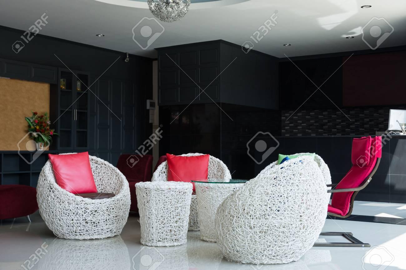 Innendekoration Mit Modernen Stühlen Und Tisch Lizenzfreie Fotos ...