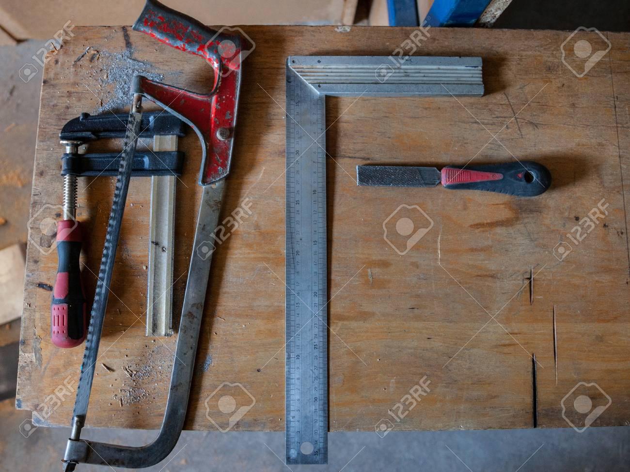 Holzbearbeitungswerkzeuge (T-Quadrat, Klammern, Säge, Feile Und Hat ...
