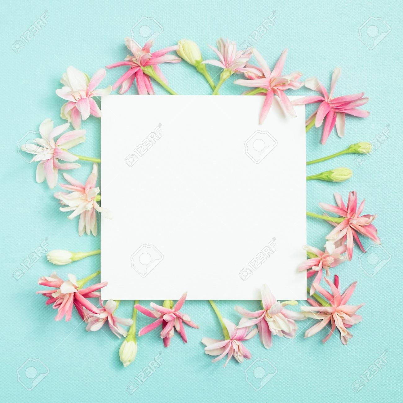 Pequeña Flor Encantadora En Blanco Tarjeta De Papel Vacía Sobre Fondo Azul Para Hacer Tarjetas En El Día De La Madre Invitación De Boda Aniversario
