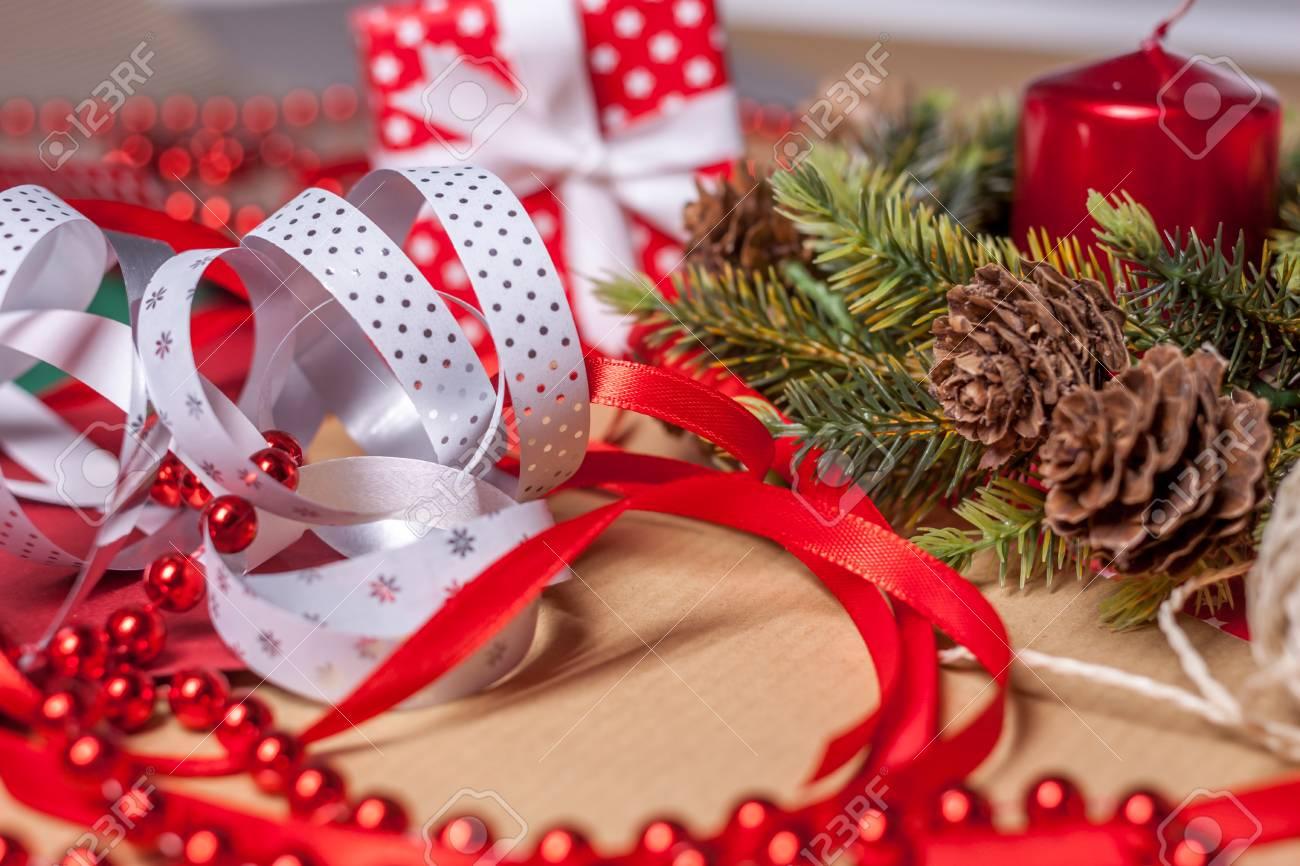 Weihnachtsgeschenke Und Dekoration Vorbereitung Verschiedene Papier ...