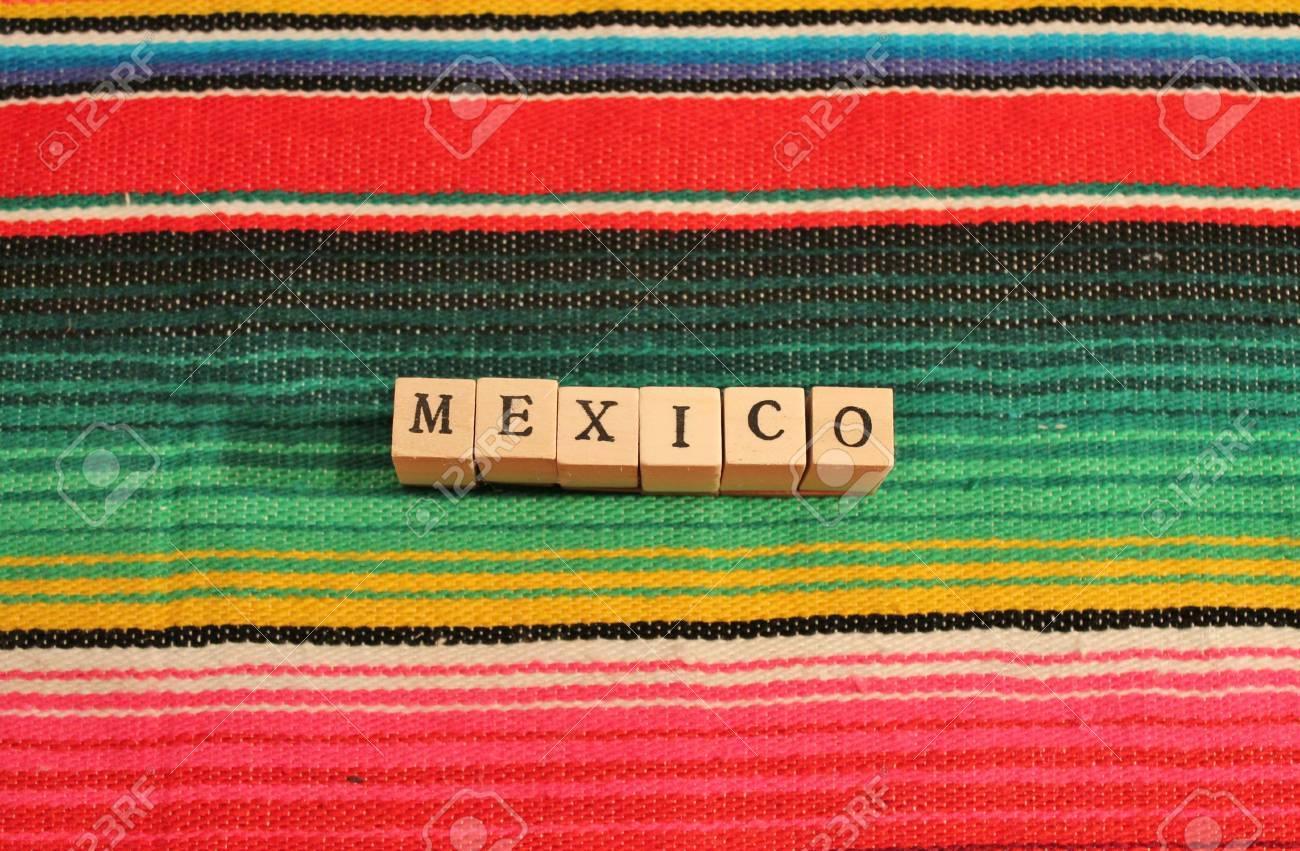 tradicional alfombra fiesta poncho mexicano en colores brillantes con la palabra mxico en los cubos foto