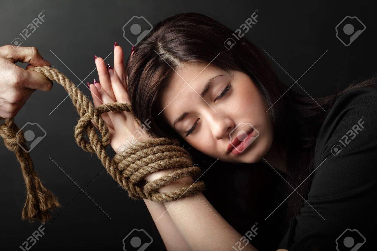 Связанные руки девушки 20 фотография