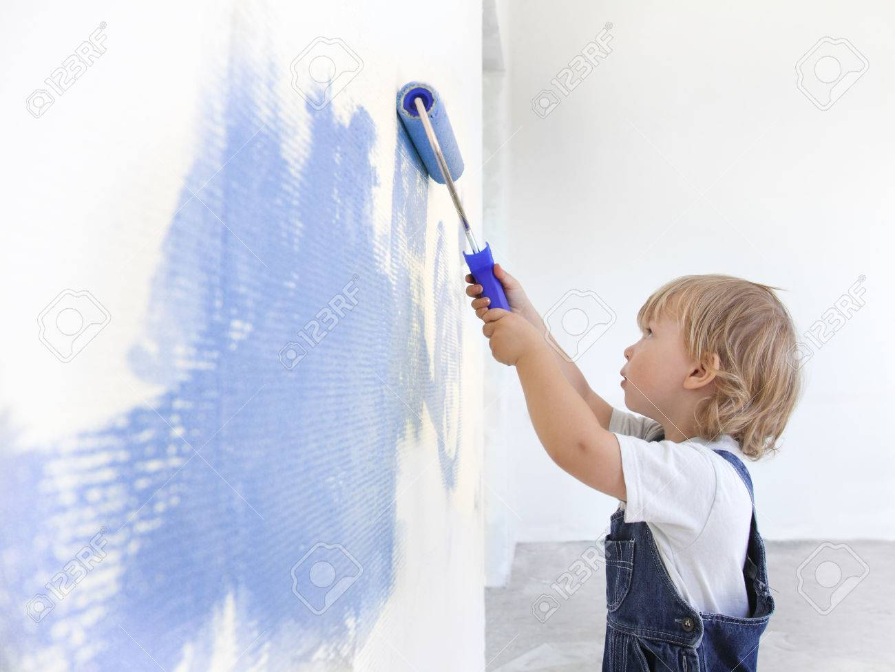 children paint indoors - 22608240