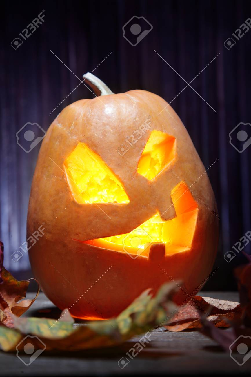 Facce Zucche Di Halloween.Faccia Di Zucca Jack O Lanterne Di Halloween Su Priorita Bassa Di Legno E Foglie Di Autunno