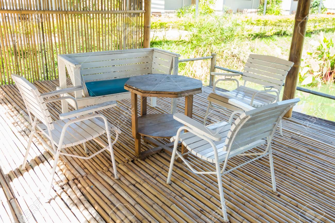Terraza De Bambú Al Aire Libre Y Mesa De Comedor En El Sol De La ...