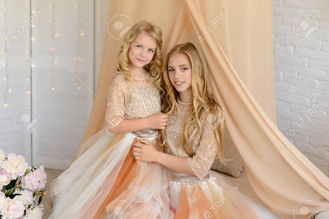 Deux Belles Filles Dans Un Studio Ils Portent De Belles Robes Legeres Les Deux Sont Blondes Banque D Images Et Photos Libres De Droits Image 79136601
