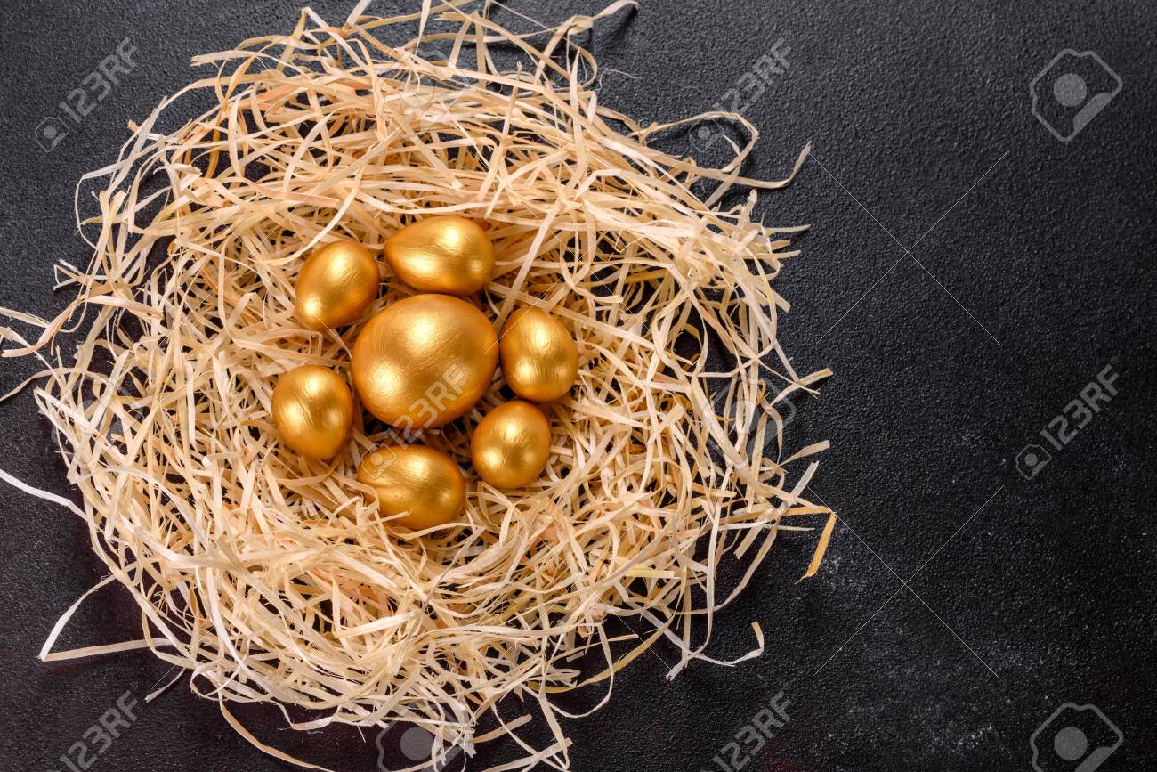 Easter golden eggs in the nest, preparation for the holiday. Golden eggs in nest on dark vintage background - 141429101