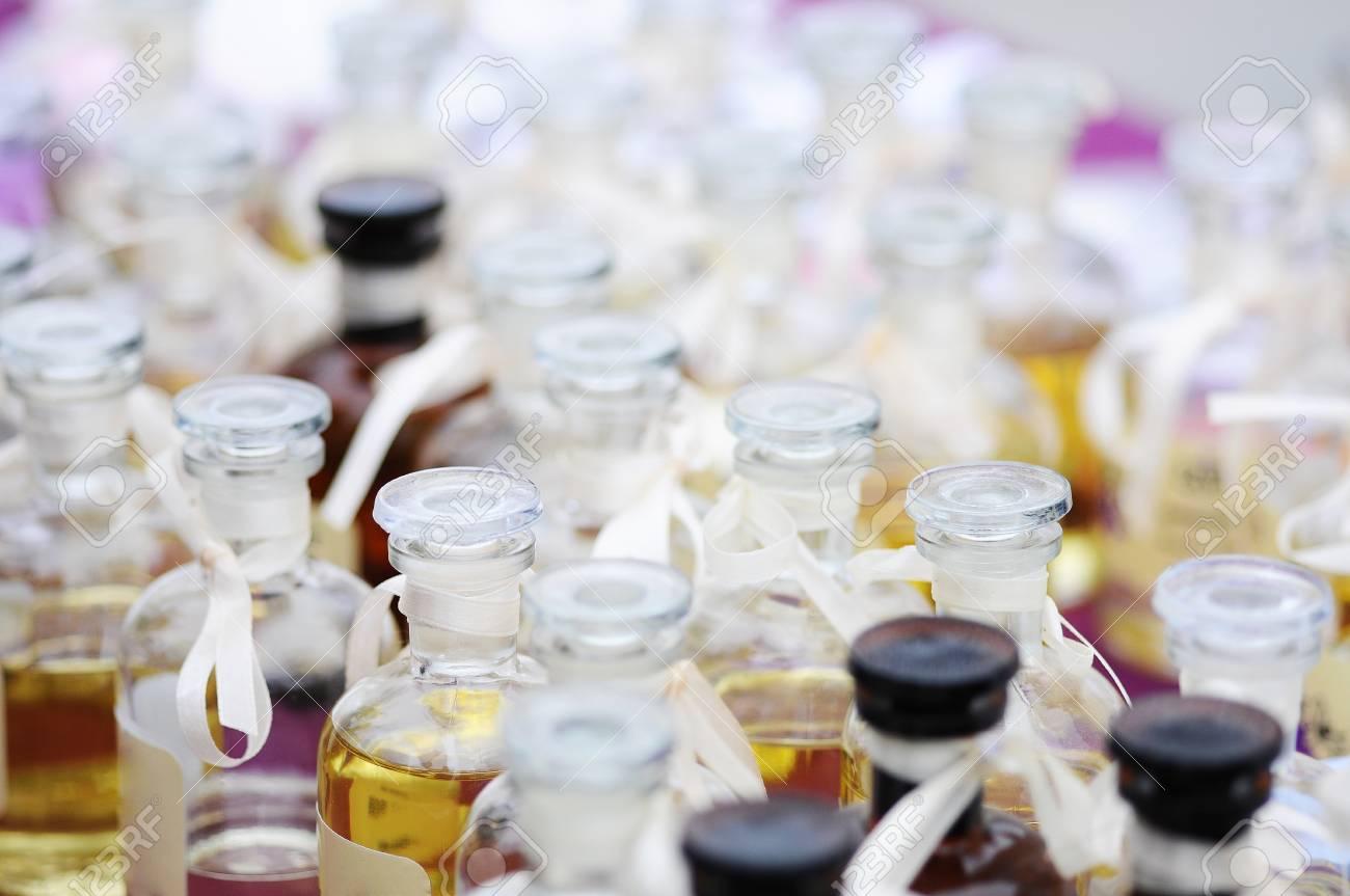 cc28395e1 Foto de archivo - Pequeñas botellas de esencias aromáticas. pequeñas  botellas de perfumes de cerca