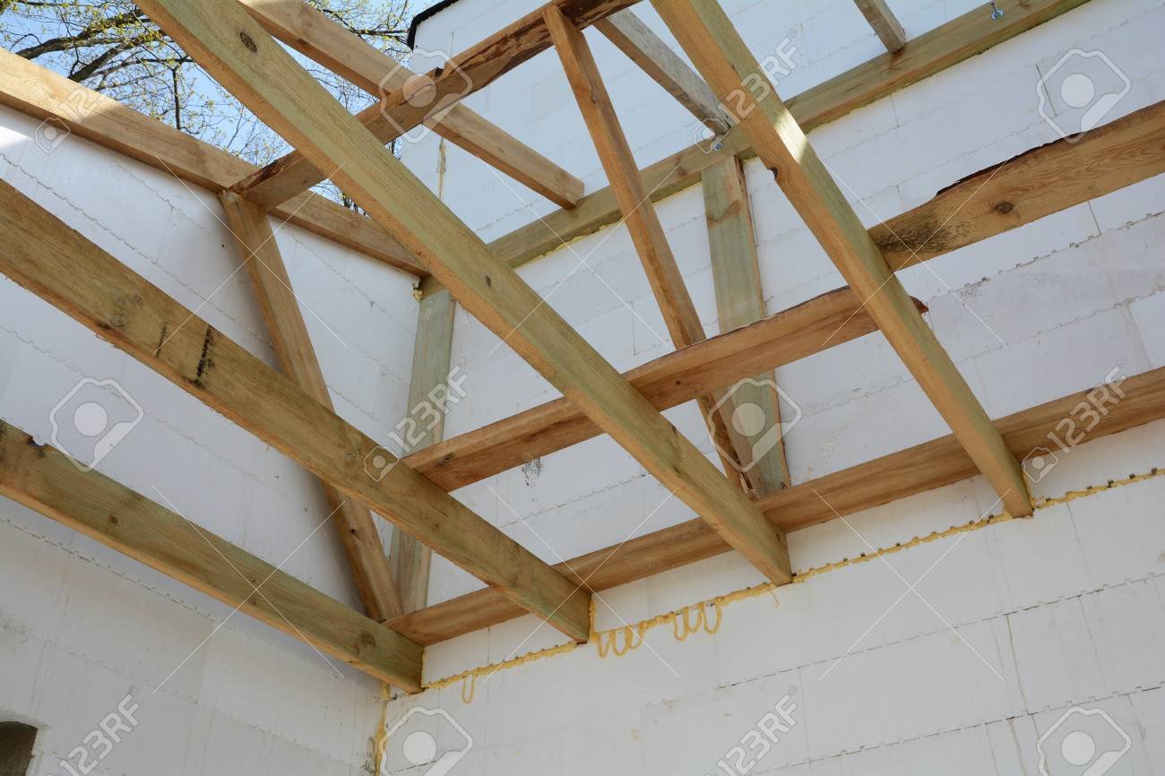 La Estructura De Madera Del Edificio. Construcción De Marco De ...