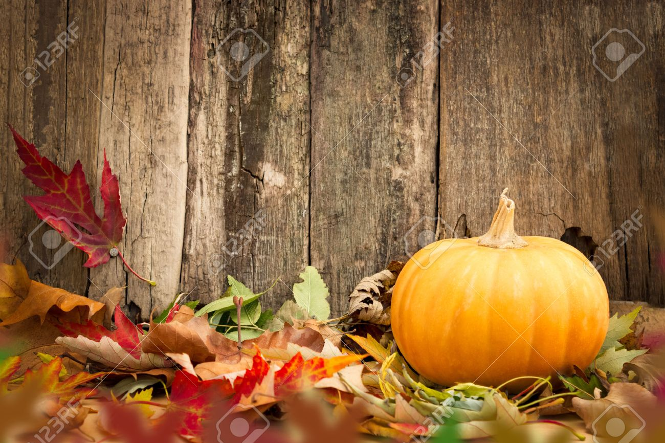 pumpkins and autumn leaves on wooden background Standard-Bild - 33271669