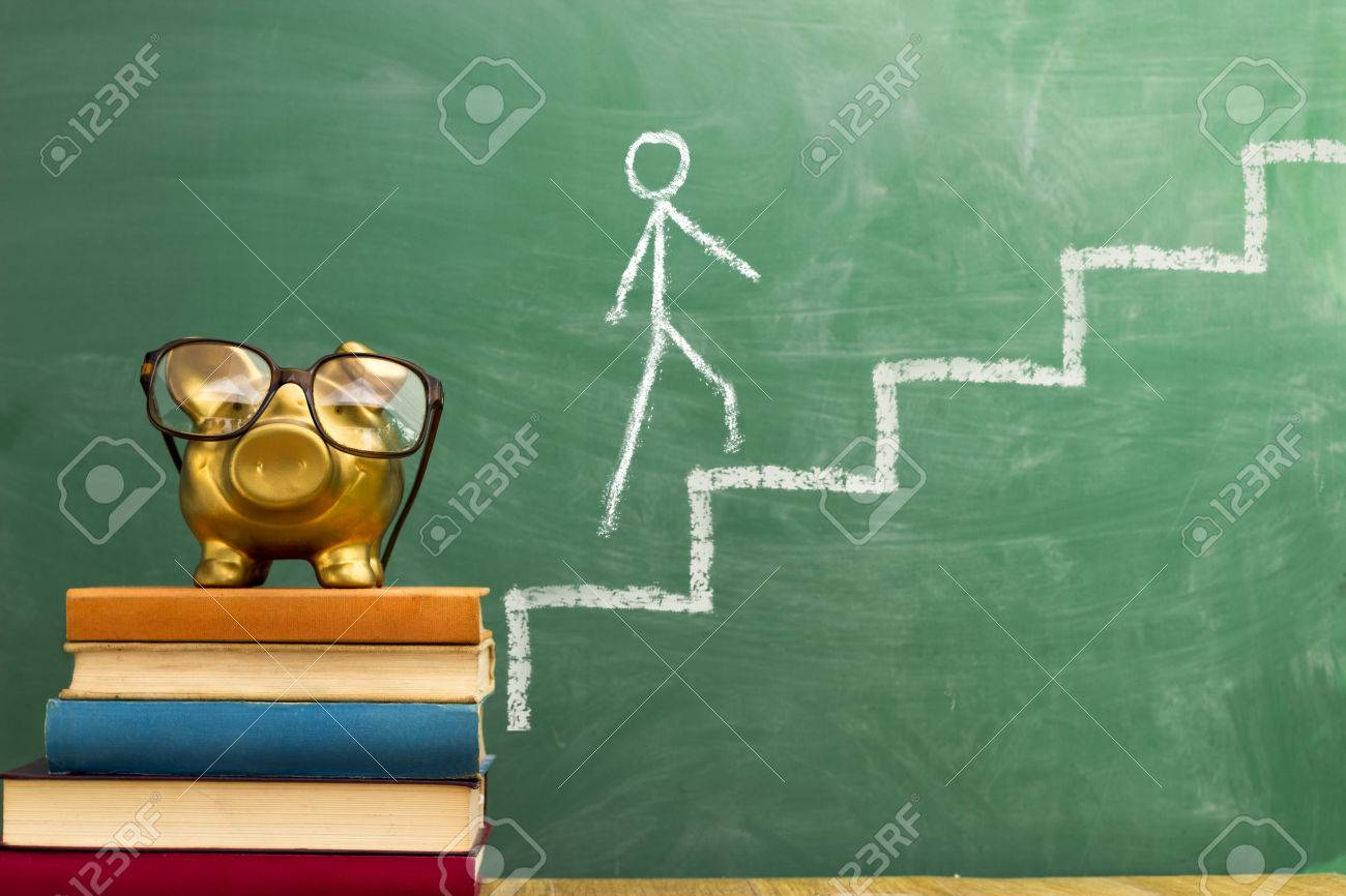 piggy bank on stack of book, knowledge progress Standard-Bild - 33271963