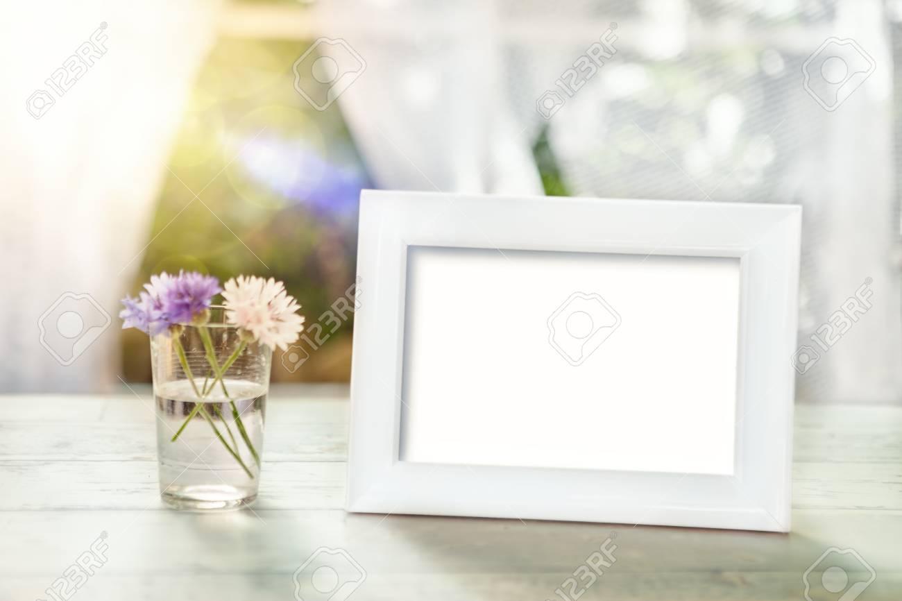 Maqueta De Marco Vacío Con Flores En Vidrio Sobre La Mesa Fotos ...