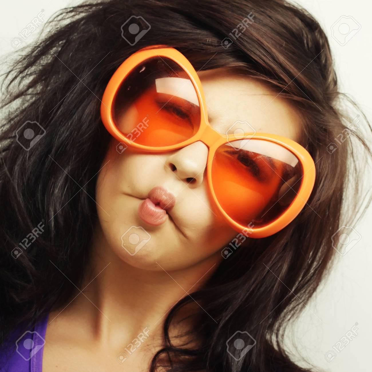 Jeune Femme Drole Avec Grosses Lunettes De Soleil Orange Banque D Images Et Photos Libres De Droits Image 37914290