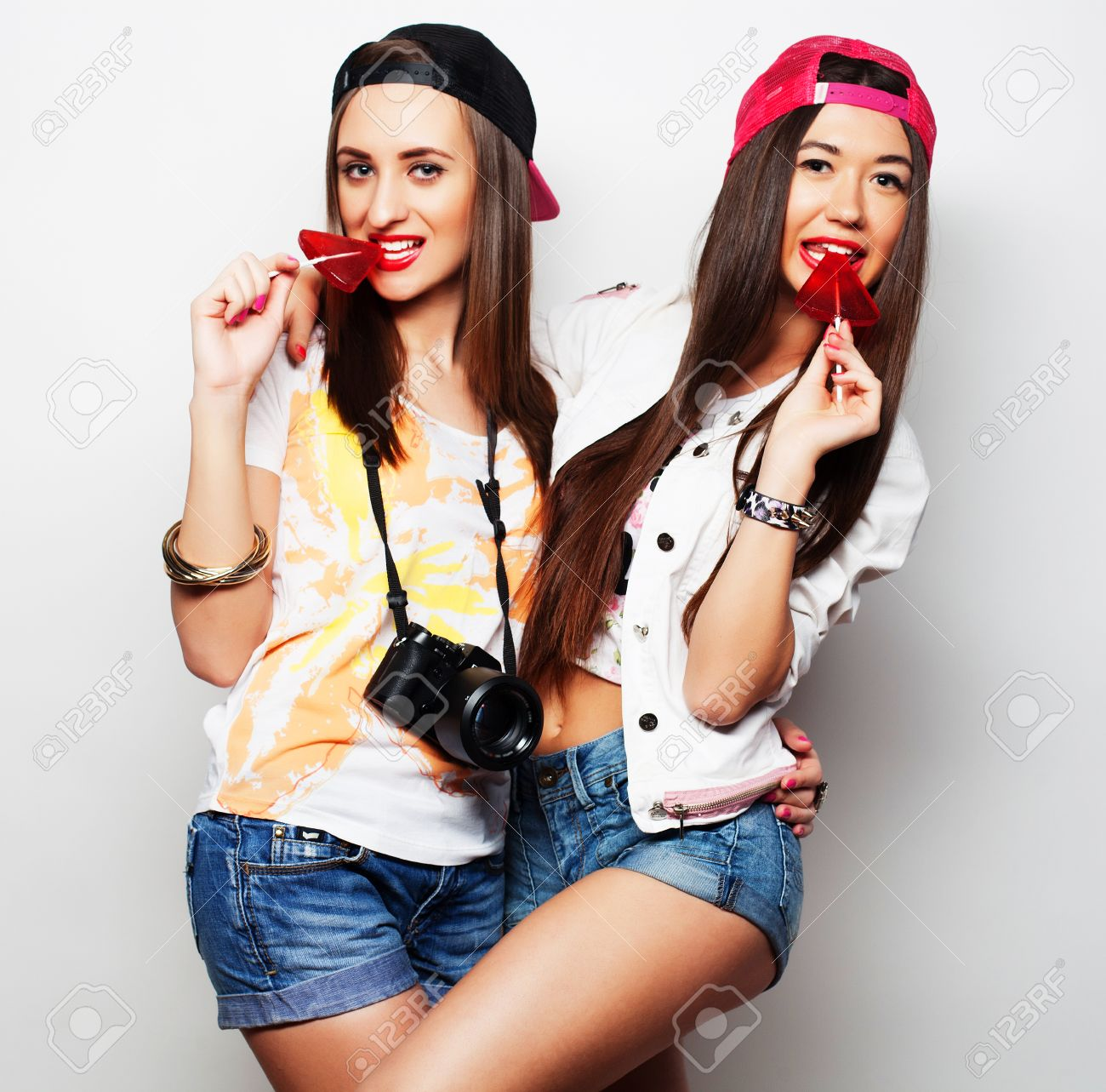 Retrato De Dos Jóvenes Muchachas Bonitas Que Desgastan Inconformista Maquillaje Brillante Y La Celebración De Caramelos