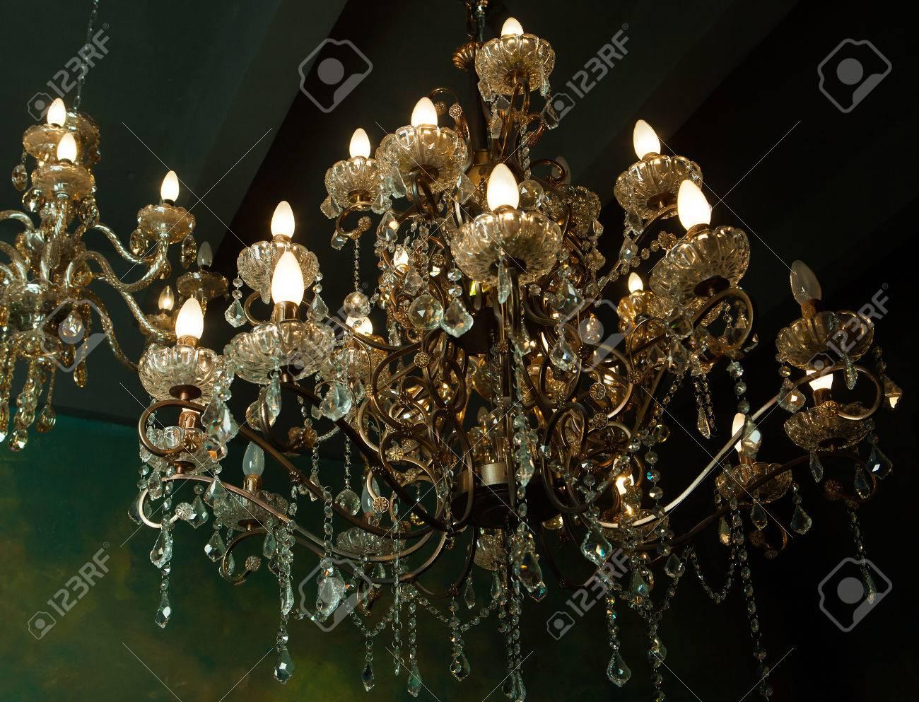 Kronleuchter Antik Xl ~ Schöne vintage kristall kronleuchter in einem raum goldenen tönen