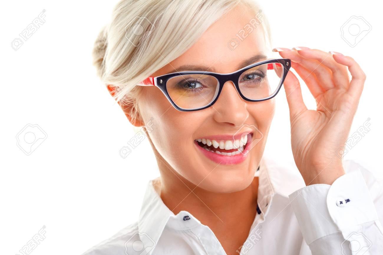 guapo disponible nuevos productos para Hermosas jóvenes riendo mujer en las gafas blancas. Cabeza y hombros tiro  del estudio aislado en blanco.