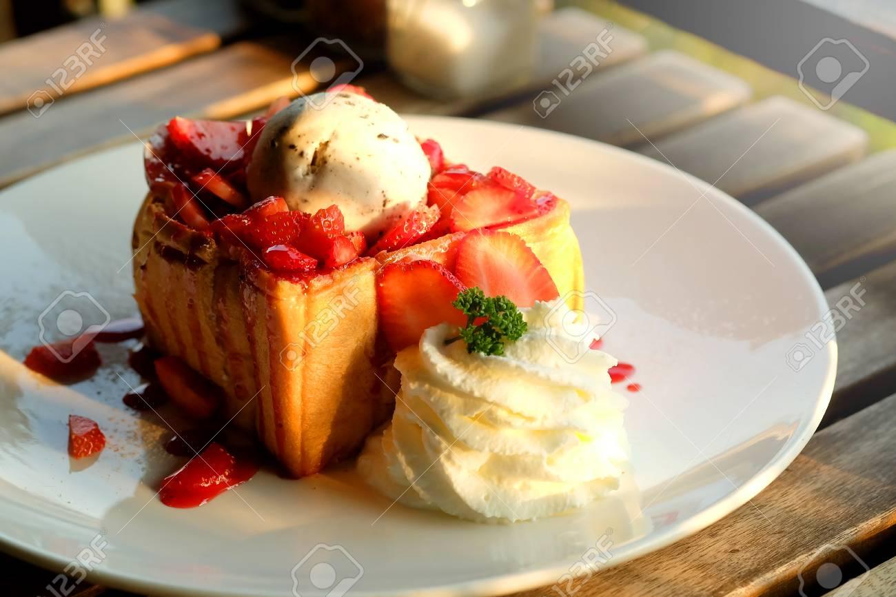 Dessert Honig Toast Mit Eis Und Erdbeere Fur Romantische Susse Zeit